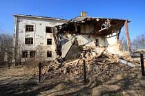 Pohled na chátrající budovu bývalé roty ve Slavonicích, která sloužila také jako hotel Esek.