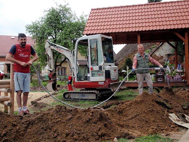 Práce na odpočinkové zóně v Jarošově nad Nežárkou.