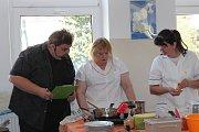 Kuchařky z mateřských škol z Jindřichova Hradce se utkaly v soutěži Jak se vaří zdraví.
