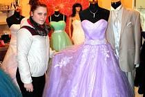 NA MATURITNÍ PLES si šaty v půjčovně jindřichohradeckého Svatebního salonu Sára vybrala i Vendula Svitáková.