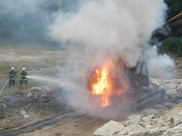 Při požáru bagru vLomech uKunžaku vznikla škoda 700tisíc korun.