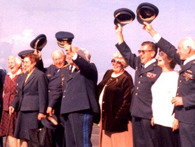 Pozdrav 1. setkání čs. válečných letců v Jindřichově Hradci 26. srpna 1994. Třetí zprava je Ladislav Sitenský s manželkou.