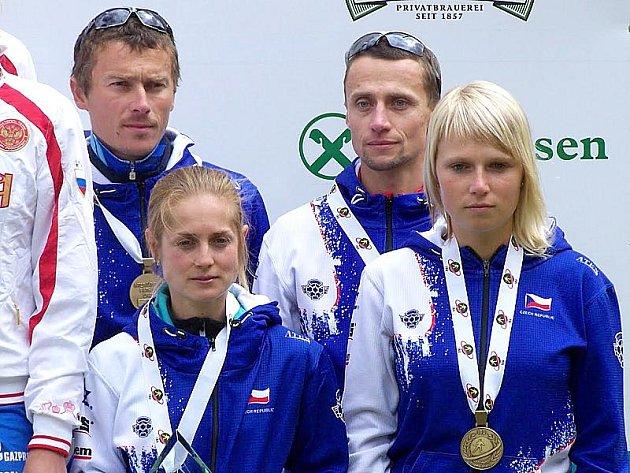 Medailisté z ME v letním biatlon. Nahoře zleva: Luboš Schorný, Václav Nitala, dole zleva: Pavla Schorná a Eva Puskarčíková.
