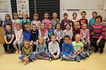Děti z 1. A ve 3. základní škole v Jarošovské ulici v Jindřichově Hradci s třídní učitelkou Šárkou Frejlachovou.