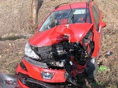 Nehoda u Lidlu v Jindřichově Hradci si vyžádala těžká zranění.