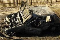 U Dvorů nad Lužnicí začalo po nehodě hořet auto.