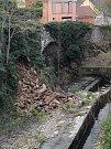 Zvýšená doprava, nebo deště? Skála pod mostem v Mlýnské ulici se rozsypala.