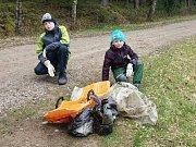 Devět dobrovolníků se v sobotu přidalo do projektu Ukliďme Česko také v Kardašově Řečici.