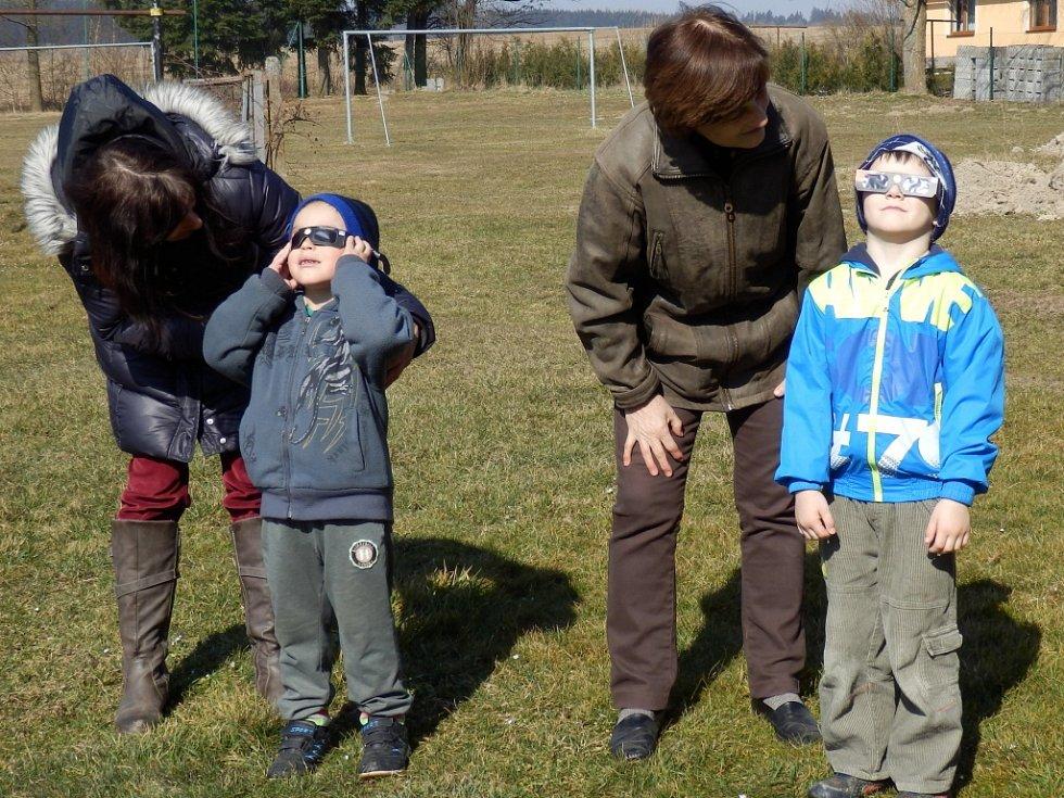 Zatmění Slunce pozorovaly i děti v Základní škole Lodhéřov.