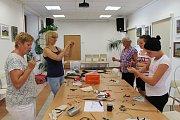 Lektorka Kajjka Hátleová učila v bystřické knihovně účastníky vyrábět anděly z drátků a košík z pedigu.