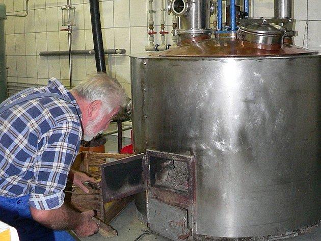 Aby vznikla dobrá pálenka, musí se nejprve připravit kvalitní kvas. Ten pak putuje do takzvané pěstitelské pálenice, jakou provozuje i Stanislav Doležel ze Stříbřece.