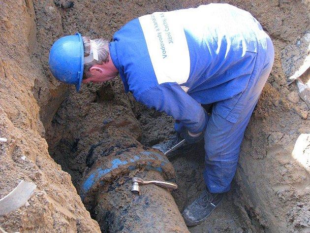 Na snímku opravuje potrubí u Malého Vajgaru Miloš Novák.