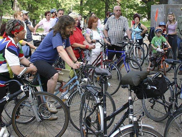 Třeboňsko je rájem cyklistů. Rovinatá krajina láká všechny generace a řada cyklotrast je i méně náročná. Velice oblíbená je například naučná cyklostezka Okolo Světa.