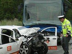 Tragický střet osobního auta s autobusem u Rodvínova si vyžádal tři lidské životy.