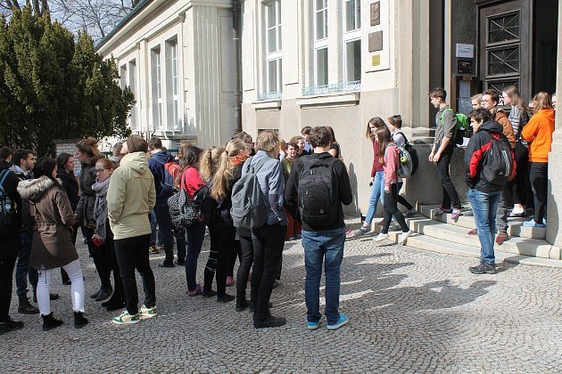 Krepublikové výzvě Vyjdi ven se připojili studenti Gymnázia Vítězslava Nováka iněkolik dalších zostatních škol.