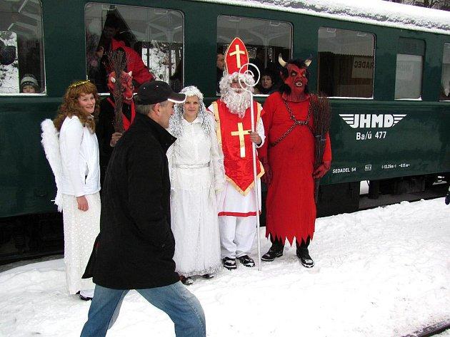 Mikulášská jízda parním vlakem z Jindřichova Hradce do Černovic u Tábora se těšila velkému zájmu lidí.