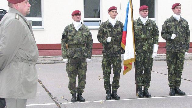 Slavnostní nástup 44. lehkého motorizovaného praporu v J. Hradci.