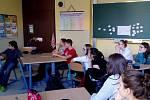 Dobrovolnice ze Španělska Amaia de la Fuente beseduje se žáky nejen o Španělsku.