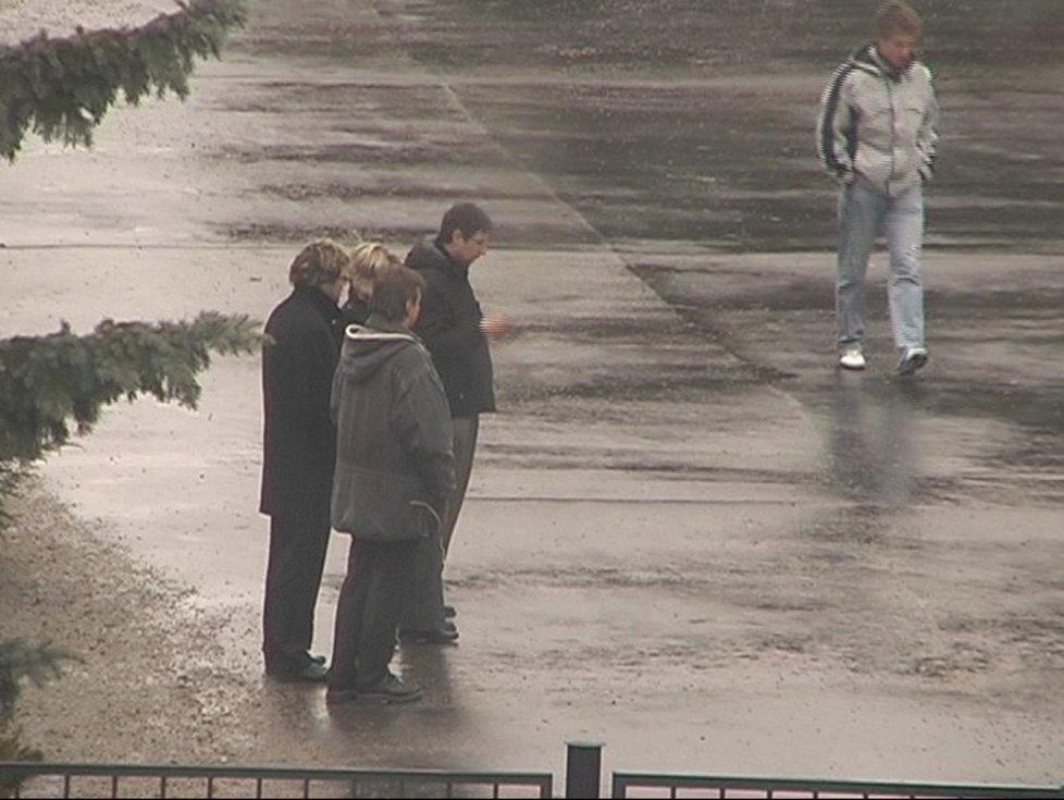 Kdo je záhadný mladík ve světlé bundě? V březnu 2009 navštívil pohřeb Soni Illeové.