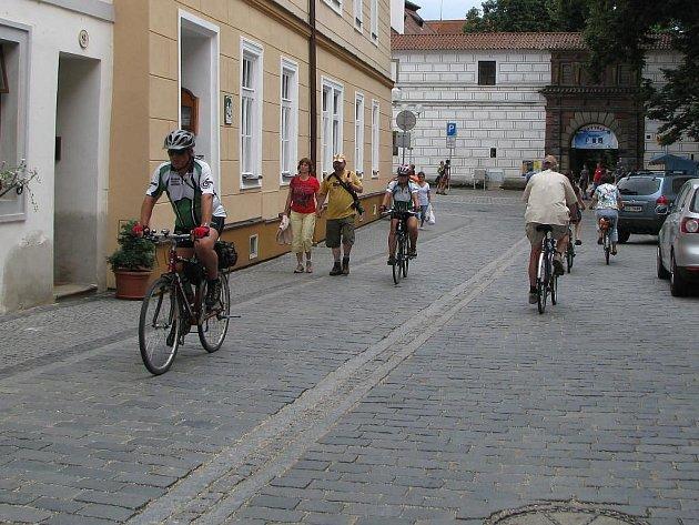 Třeboň je rájem cyklistů. I když mají již poměrně velkou síť cyklostezek,setkat se s nimi dá úplně všude.