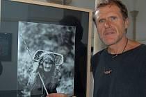 Jaroslav Havlík u snímku stařenky s nůší ze západního Nepálu.