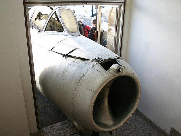 Operace členů jindřichohradeckého Klubu historie letectva, kteří stěhovali část letadla do muzea letectví v Deštné. Jak je vidět ze snímků, dostat kolos malými dveřmi nebylo jen tak.