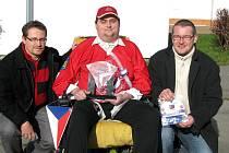 Roman Pišný získal mezinárodní cenu za svůj přínos pro hokejbal. na snímku je s předsedou Českomoravského svazu hokejbalo Josefem Kozlem a předsedou ligové komise Českomoravského svazu hokejbalu Ondřejem Průšou (vpravo).