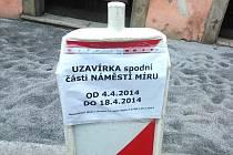 Informace na dopravní značce již není aktuální, uzavírka náměstí Míru v J. Hradci pokračuje.