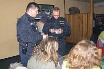 Policisté v jednom z jindřichohradeckých podniků kontrolují podávání alkoholu mladistvým.