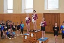Dačické gymnastky ovládly stupně vítězů v kategorii ročníků 2004-2005. Zvítězila Vendula Slavíková (uprostřed), před Laurou Tichovskou (vlevo) a Ivou Mayerovou.