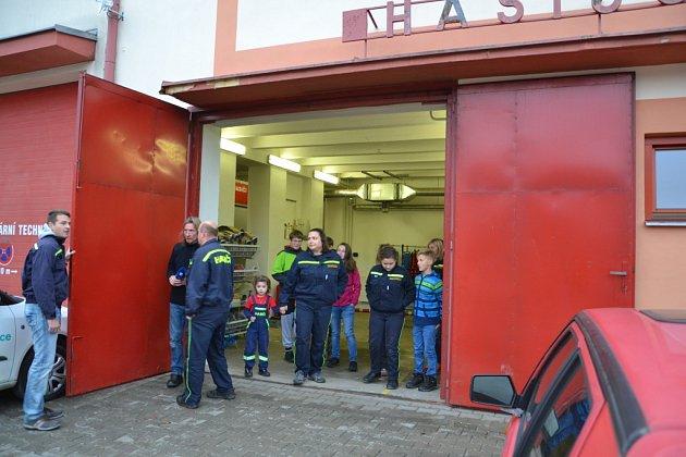 SBOR DOBROVOLNÝCH HASIČŮ v Kardašově Řečici bude mít novou hasičárnu. Momentka je z natáčení do soutěže Dobráci roku, kterou pořádá Český rozhlas Č. Budějovice.