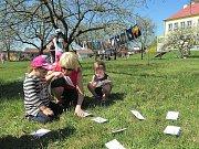 Na školní zahradě v Jarošově oslavili rodiče s dětmi Den Země.