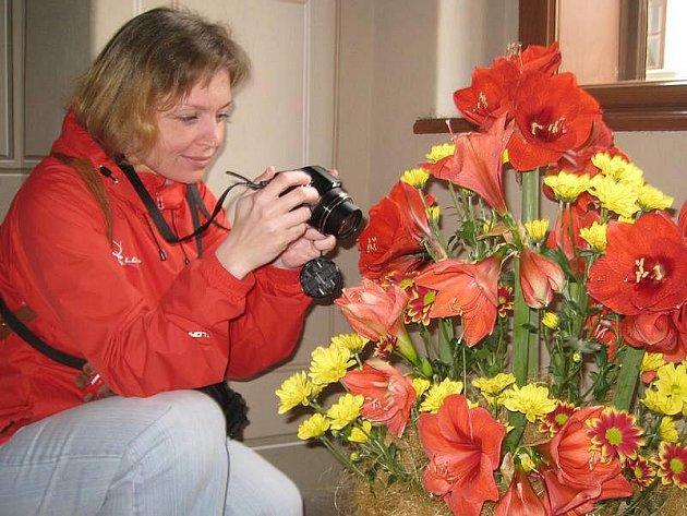 Na snímku si květiny fotí Daniela Hřavová z Jindřichova Hradce.