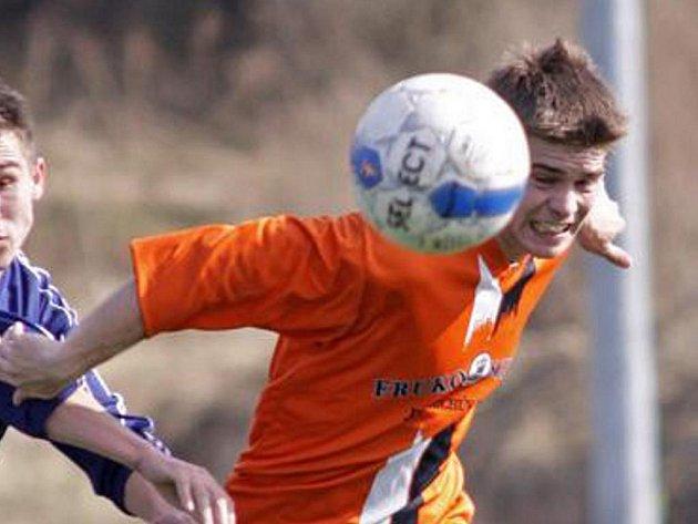 Záložník Marek Šenkýř se musel při absenci několika opor FK J. Hradec v utkání ve Čkyni postavil na pravý kraj obrany.