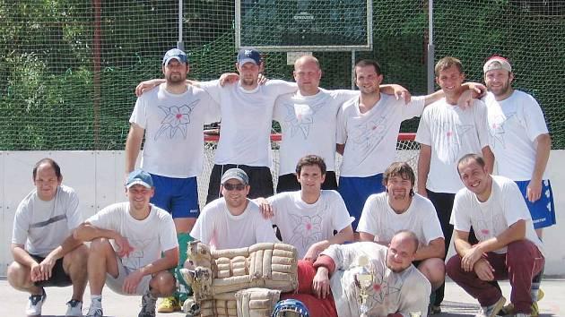Prvenství ve 12. ročníku hokejbalové Městské ligy vybojovalo  mužstvo HBC Rododendron J. Hradec.