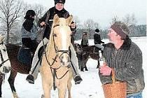 SILVESTR V SEDLE. Na statku Pavla Schneidera ve Dvorcích u Stráže nad Nežárkou se uskutečnila tradiční Silvestrovská jízda. Na horním snímku hostitel rozdává účastníkům občerstvení. Na snímku dole je slavnostní nástup.