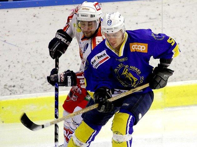 Ostřílený obránce Tomáš Tupý (vpravo) by měl v letošní sezoně patřit k základním pilířům defenzivních řad jindřichohradeckých hokejistů.