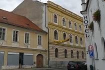 Pohled na dnes již opuštěnou starou radnici v Třeboni.