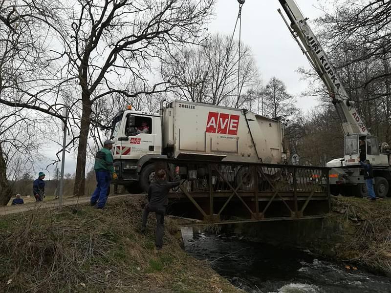Most, do kterého zapadlo odpadní auto, postavili dobrovolníci za pár hodin znovu.