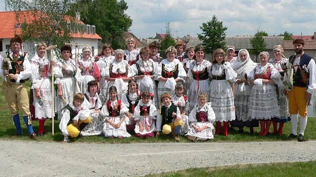 Krojová družina z Jarošova nad Nežárkou vystupovala také na sobotním 1. ročníku festivalu U Zlaté stoky v Lomnici nad Lužnicí.