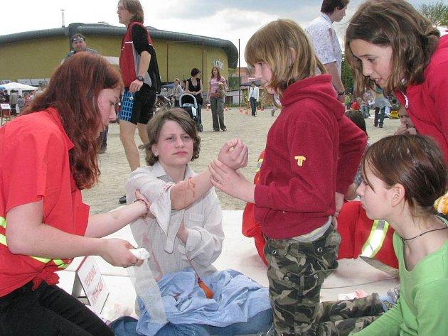 Děti u stanovišť na Tyršově stadionu v rámci akce Pomoz pomoc.