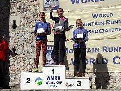 Pavla Schorná (vpravo) obsadila třetí místo v celkovém pořadí SP v běhu do vrchu. Vyhrála Italka Alice Gaggiová (uprostřed) před Andreou Mayrovou z Rakouska.