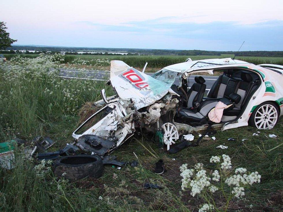 Tragická nehoda za Třeboní u Dvorců. Z tohoto vozu posádka vyvázla z těžkými zraněními.