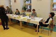 Na otevření volební místnosti 1. okrsku v Hradci čekali pouze tři voliči.