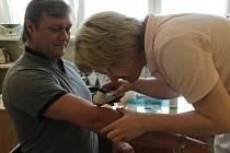 V kožní ambulanci Venduly Jindrové v jindřichohradecké poliklinice lidem zdarma vyšetřili pigmentová znaménka.