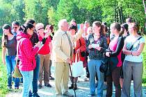 Studenti gymnázií z Jindřichova Hradce a Zwettlu se v rámci projektu Domov setkali s rodákem z Nových Mlýnů Adolfem Geistem. Ten jim vyprávěl, jak se v zaniklé vesnici kdysi žilo.