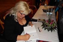 V Třeboni besedovali o domácím násilí s autorkou Zorou Castillo.