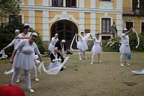 Členové sboru dobrovolných hasičů z Hamru vystoupili s představením Labutí jezero na Dni matek v Chlumu u Třeboně.