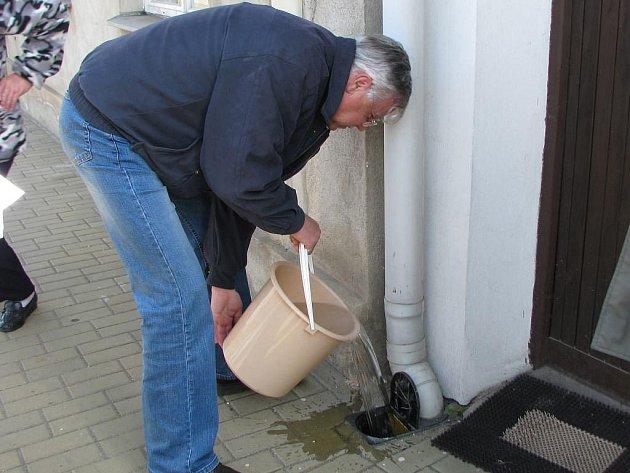 Bouřilvé jednání v reakci na stížnost občana Lomnice nad Lužnicí na nefunkční kanalizační přípojku.