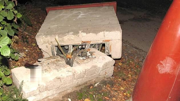 Dopravní nehoda v Chlumu u Třeboně, kde neznámý pachatel poškodil elektroskříň k veřejnému osvětlení.